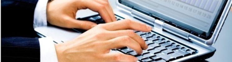 Certificado digital e-Jurídico é destinado para advogados. Mãos teclam em computador.