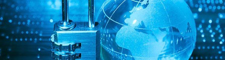 Imagem em fundo azul de um cadeado e um globo terrestre pequeno | O que é criptografia e por que ela é tão importante no certificado digital?