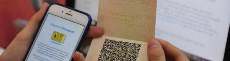 Como o e-cpf pode ajudar na emissão da cnh digital | Usuário segurando nas mãos a CNH Digital - Penta Certificação Digital