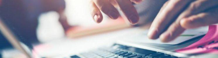 Como realizar a transferência de veículos com a certificação digital - Pessoa pesquisando no computador - Penta Certificação Digital