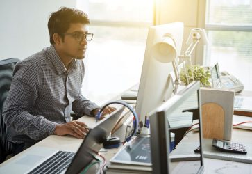 Homem programando computador