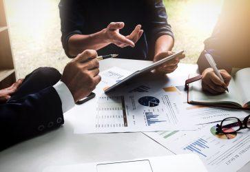 Reunião empresa mesa com papeis e tablet