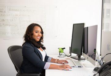 Mulher trabalhando em escritório | Tudo o que você precisa saber sobre o eSocial